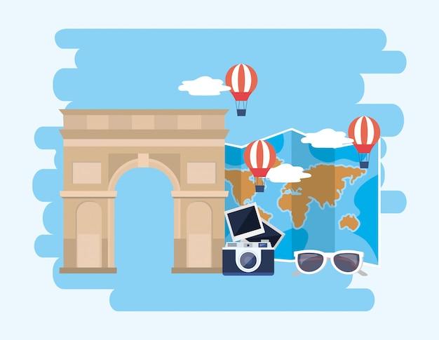 Triomphe à l'arc avec montgolfières et carte du monde avec appareil photo