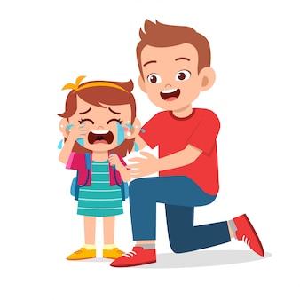 Triste enfant qui pleure avec le père sourire