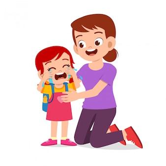 Triste enfant qui pleure avec le sourire de maman