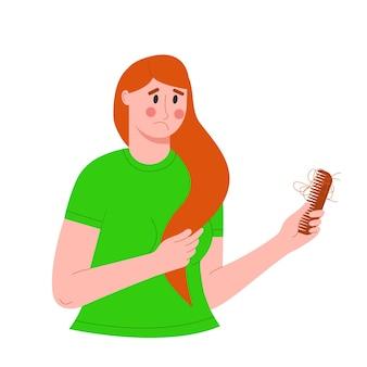 Triste femme tenant un peigne avec chute de cheveux chute de cheveux et alopécie d'automne problème de calvitie