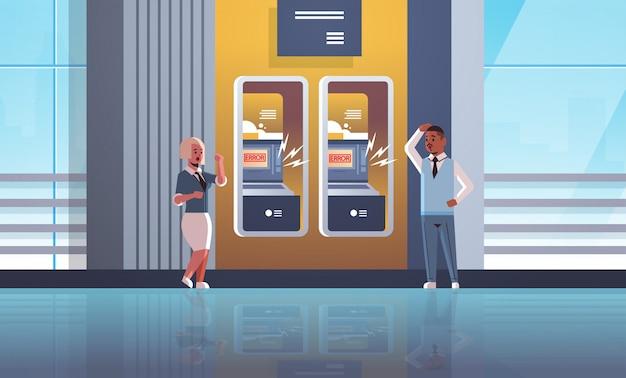 Triste homme femme clients près de distributeur automatique de billets sans argent notification d'erreur crise financière refusée carte de crédit bancaire verrouillé mauvais service à la banque concept horizontal pleine longueur