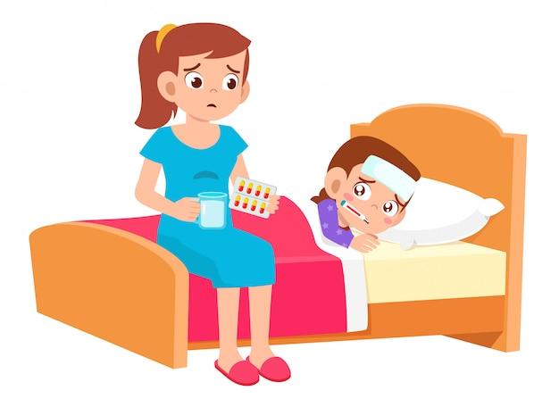 Triste mignon enfant garçon gisait dans son lit malade avec maman inquiète