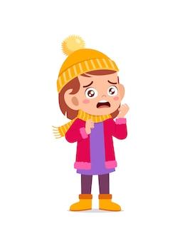 Triste mignon petit enfant pleurer et porter une veste en hiver