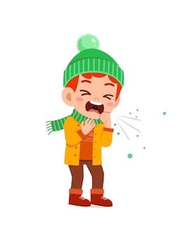 Triste mignon petit enfant tousse et porte une veste en hiver