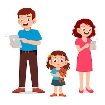 Triste petite fille enfant ignorée par les parents