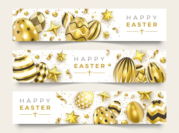 Trois bannières horizontales de pâques avec des oeufs décorés d'or réalistes, des rubans, des étoiles et des boules colorées.