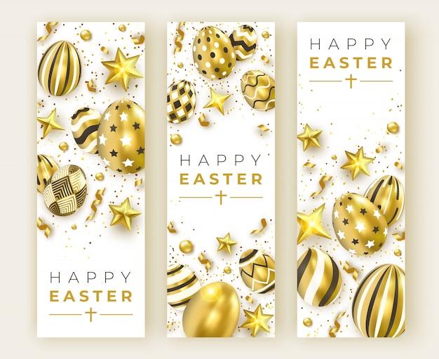 Trois bannières verticales de pâques avec des oeufs décorés d'or réalistes, des rubans, des étoiles et des boules colorées.