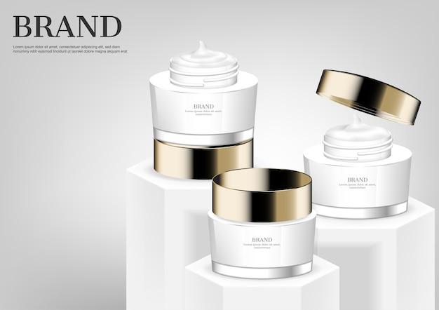 Trois crème cosmétique sur blanc se dresse sur fond gris