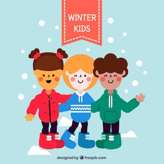 Trois enfants dans des chandails rouges, bleus et verts