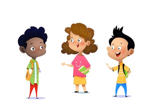 Trois enfants discutent d'un travail scolaire.