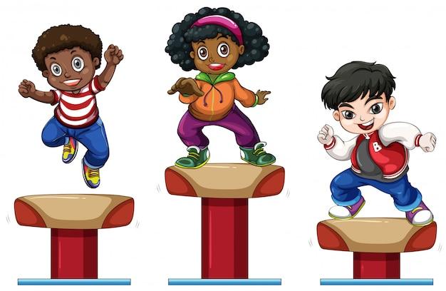Trois enfants sur la poutre d'équilibre