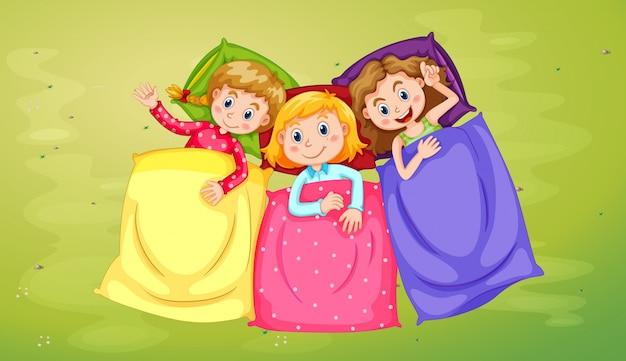 Trois filles qui dorment sur l'herbe verte