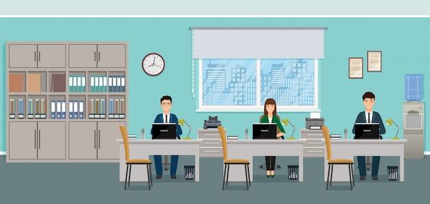 Trois hommes d'affaires assis sur des lieux de travail au bureau.