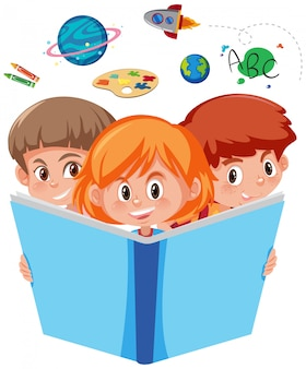 Trois jeunes enfants lisant un livre