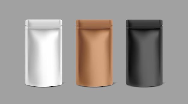 Trois modèles de maquette de sacs à fermeture à glissière en papier kraft noir, blanc et cuivre sur fond gris