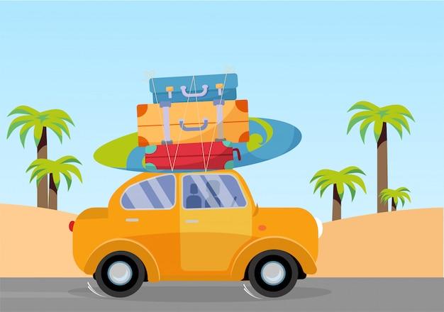 Trveling en voiture jaune avec une pile de bagages sur le toit et une planche de surf
