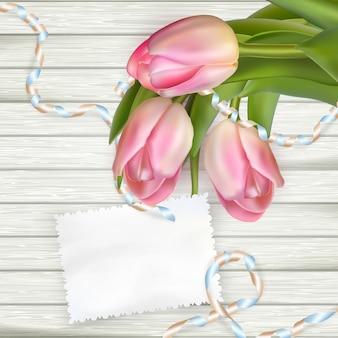 Tulipes et papier à notes sur un tableau texturé blanc.