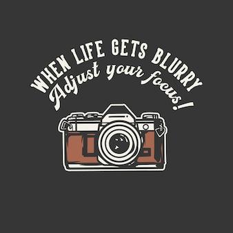 Typographie de slogan de conception de t-shirt lorsque la vie devient floue, ajustez votre concentration! avec illustration vintage de caméra