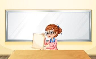 Un enseignant devant le tableau blanc tenant un modèle vide