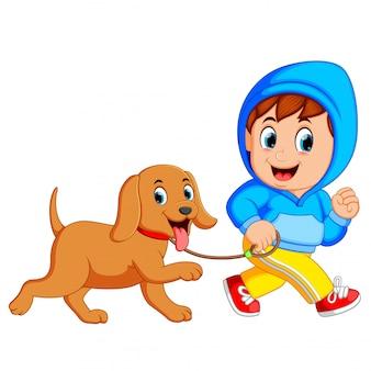 Un garçon qui court avec un chien