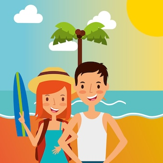 Vacances d'été couple heureux sur la plage avec planche de surf