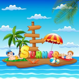 Vacances d'été avec des enfants sur l'île de la plage