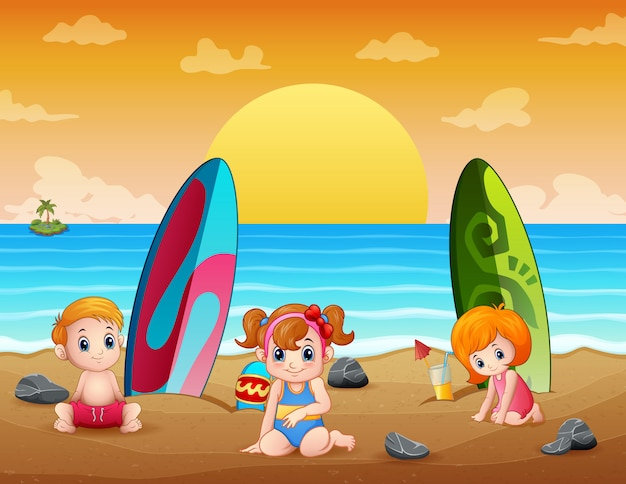 Vacances d'été avec des enfants sur la plage tropicale