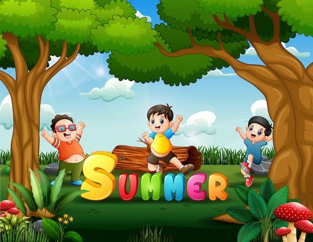 Vacances d'été avec des enfants sautant au parc