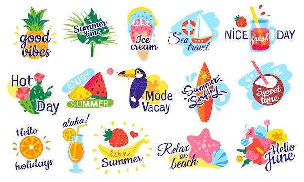 Vacances, étiquettes de vacances, badges de fête sur la plage avec cocktails de fruits, feuilles tropicales