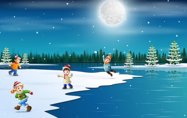 Vacances d'hiver avec des enfants jouant à la neige