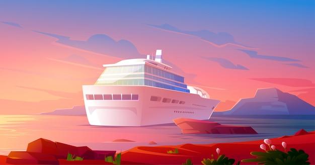 Vacances de luxe d'été sur un bateau de croisière au coucher du soleil