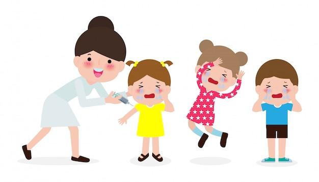 Vaccination des enfants avec un pédiatre tenant une seringue et des enfants qui pleurent