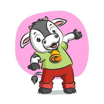 Vache avec cloche se réchauffant dans son costume