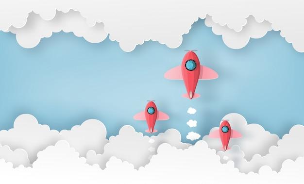 Vaisseau spatial ou avion se lancent dans le ciel au-dessus des nuages.