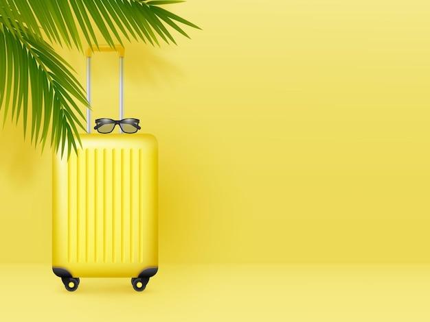 Valise avec lunettes de soleil et feuilles de palmier sur fond jaune pastel. concept minimal de vacances d'été, de vacances et de voyage.