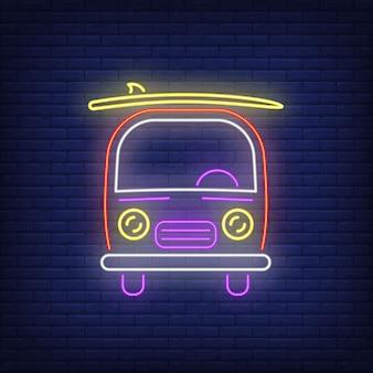 Van avec enseigne au néon de planche de surf. surf, sport extrême, tourisme.