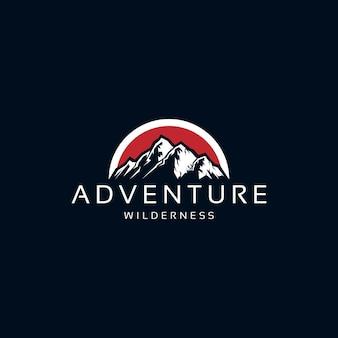 Vecteur de conception de logo d'aventure de montagne