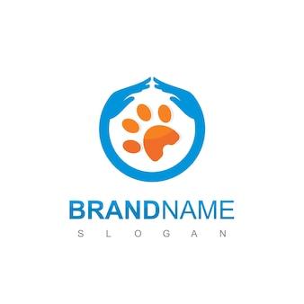 Vecteur de conception de logo de soins pour animaux avec patte et symbole de protection de la main