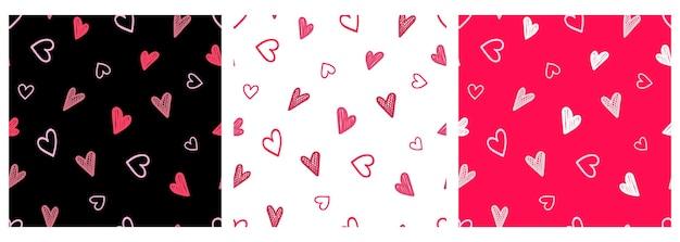 Vector doodle set pattern avec des petits coeurs roses dessinés à la main sur un fond sombre