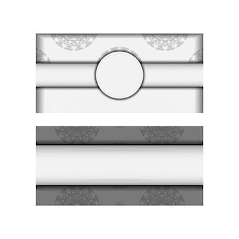 Vector prêt à imprimer carte postale de conception couleurs blanches avec des motifs de mandala noirs. modèle d'invitation avec place pour votre texte et ornement grec.