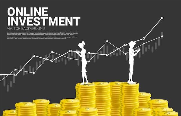 Vector silhouette homme et femme avec téléphone portable et pile de pièce d'un dollar. concept d'investissement mobile de succès et d'investissement d'argent.
