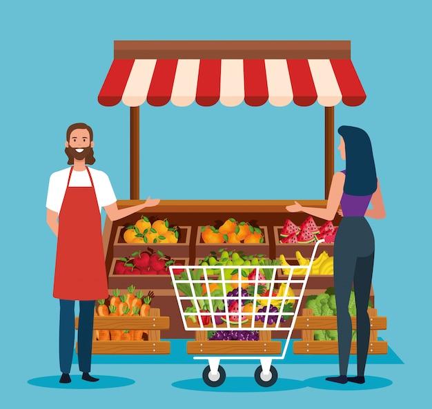 Vendeur et femme costumière avec shopping car et produits frais