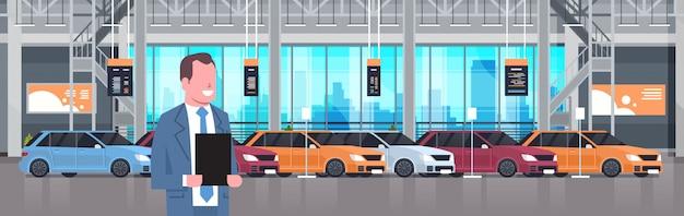 Vendeur, homme, concessionnaire, voitures, centre d'exposition, intérieur, ensemble, sur, ensemble, de, nouveaux, véhicules modernes, illustration horizontale