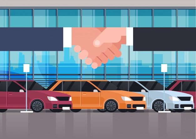 Vendeur main homme tremblant avec le propriétaire sur la salle d'exposition de véhicule intérieur vente achat ou concept de location