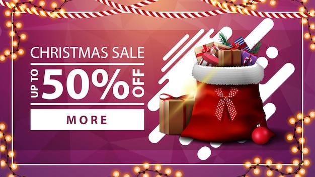 Vente de noël, jusqu'à 50% de réduction, bannière rose avec guirlande, bouton et sac du père noël avec des cadeaux
