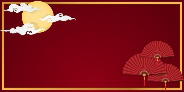 Ventilateurs pliants chinois rouge dans cadre d'or sur le ciel rouge avec fond de pleine lune et nuages.