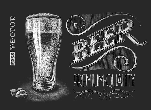 Verre à bière craie sur tableau noir.