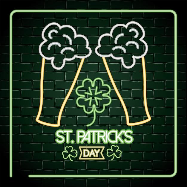 Verre à bière avec étiquette néon de trèfle à la fête