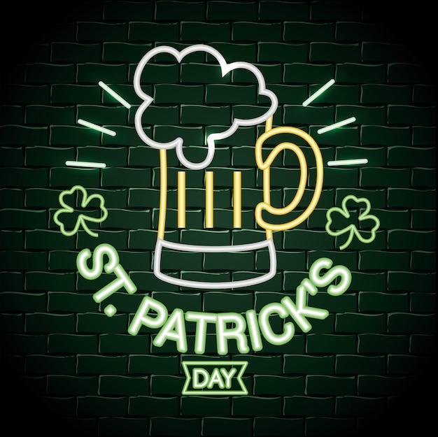 Verre à bière avec étiquette néon de trèfles à la fête de patrick