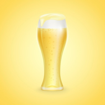 Verre de bière avec gouttes isolé sur fond jaune
